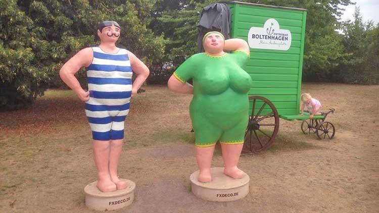 Figuren Figuren am Beginn des Kurparks in Boltenhagen